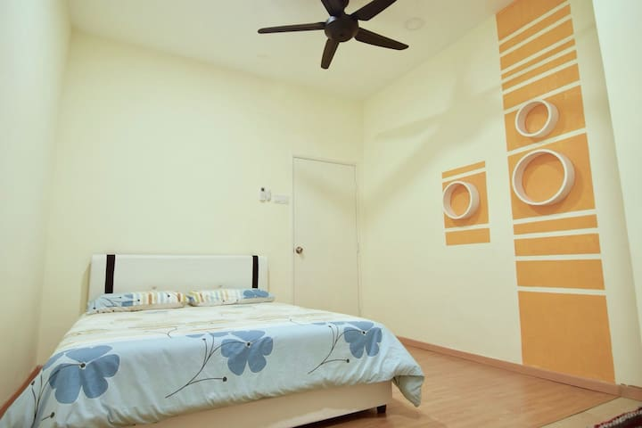 STANDARD ROOM WITH 1 QUEEN SIZE BED FOR FOR 2 PERSONS.