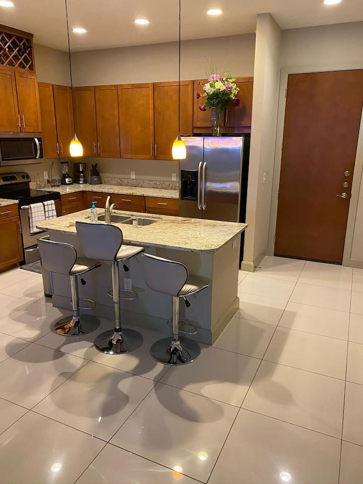 Luxurious Apartment Seconds from the Galleria Mall