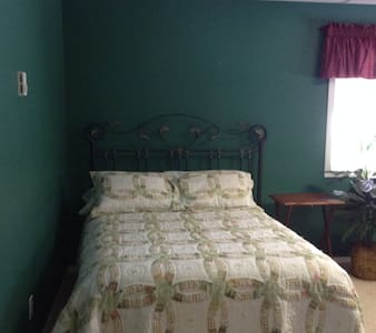 Spacious Room w/ En-Suite Bathroom - Montrose