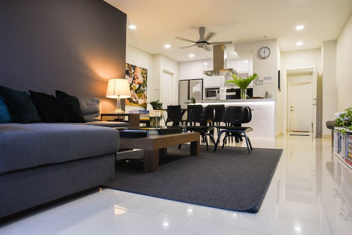 Spacious Apartment, Prime area of Pavilion & KLCC.