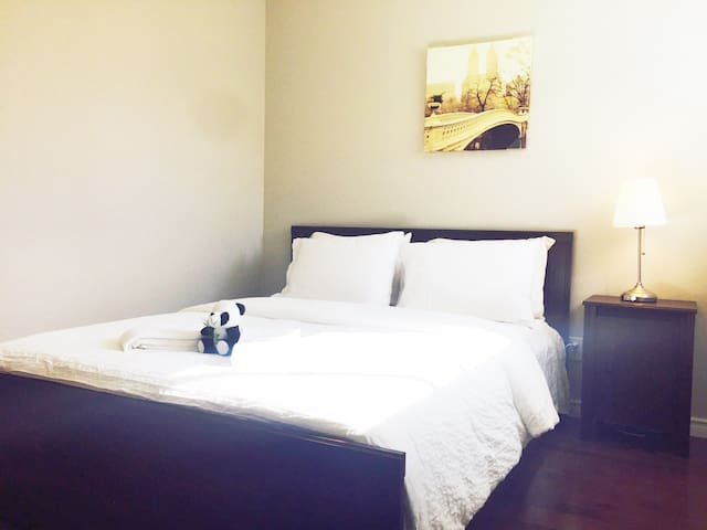 New Neat Room Close to Mall! Access to Skytrain!