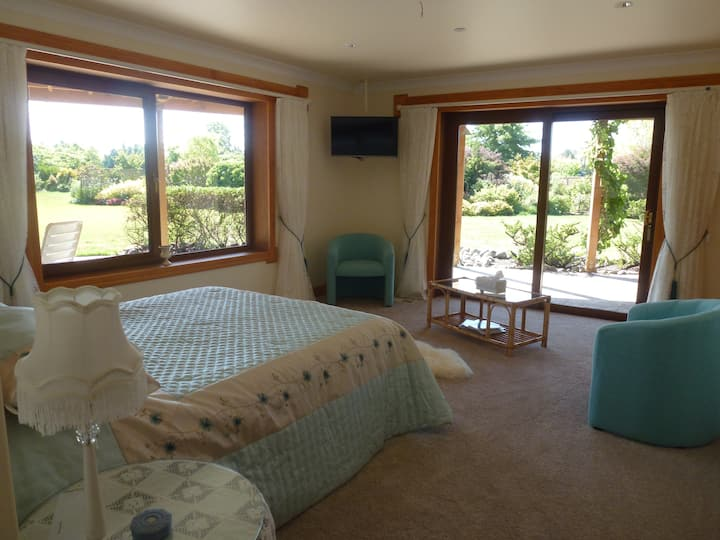 Briwi Lodge-Luxurious-Secluded-Quiet-Queen bed (2)
