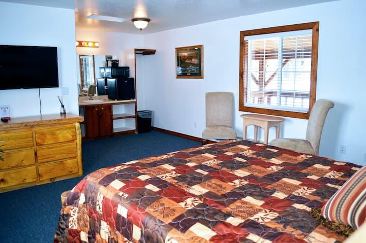 Little Moose Lodge: Single Queen (Room 6 of 7)