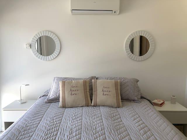 Dormitorio principal en suite cama extra queen (1,60x2,00).
