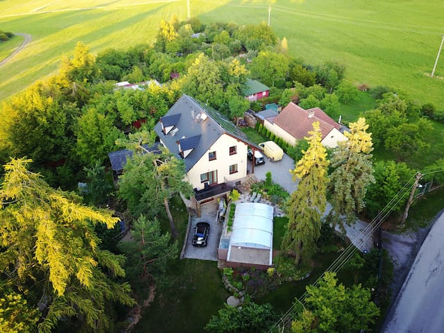 Brdský dům s bazénem, saunou a velkou zahradou