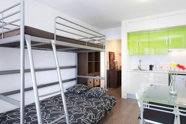 Sofa-cama de 1,40 x 2 m., fácil montaje de click en 2 segundos. Litera superior para dormir nin@ de entre 5 y 12 años