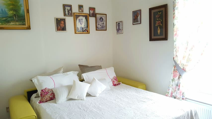 PRIVATE ROOM WITH KING SOFA BED NEAR CAMDEN MARKET