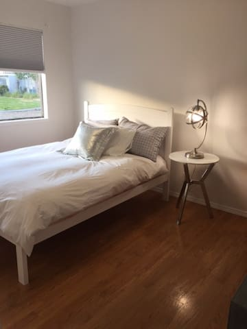 Freshly Remodeled Room in Sunny Shipyard District - San Francisco - Townhouse