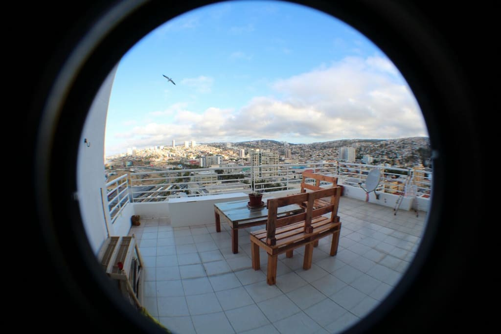 Vista actual de la terraza, donde se puede apreciar que también tiene vista a los hermosos cerros de Valparaíso.