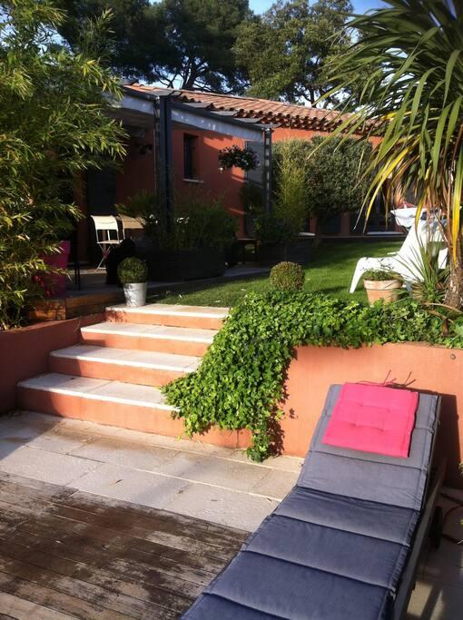 Un petit coin de verdure avec une terrasse ombragée