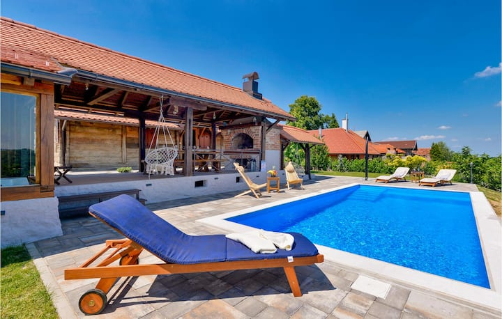 Stunning home in Martinkovec with Outdoor swimming pool, Sauna and 3 Bedrooms