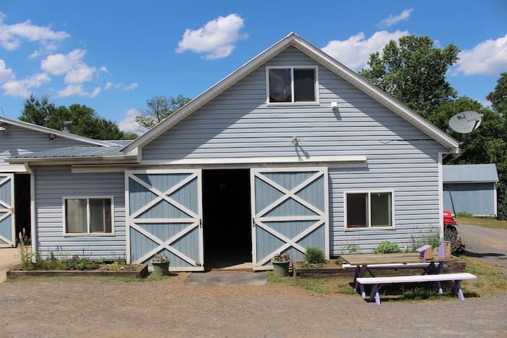 Private Farm Apt, 3 miles from I-66 Manassas