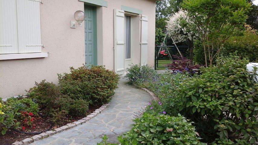 En ville et à la campagne. jardin fleuri. - Avrillé - Casa