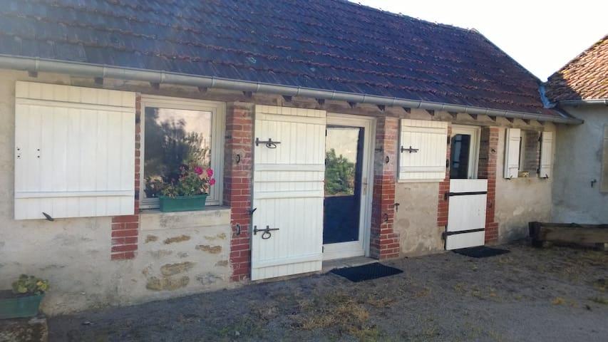 petite maison en Berry dans un coin de verdure