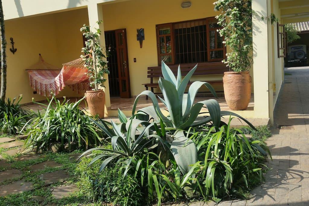 Fachada da casa, com uma rede bem grande (os casais amam) para relaxar.