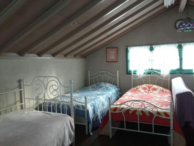 ローズガーデン 広い屋根裏部屋 6人まで泊まれます 朝食無料