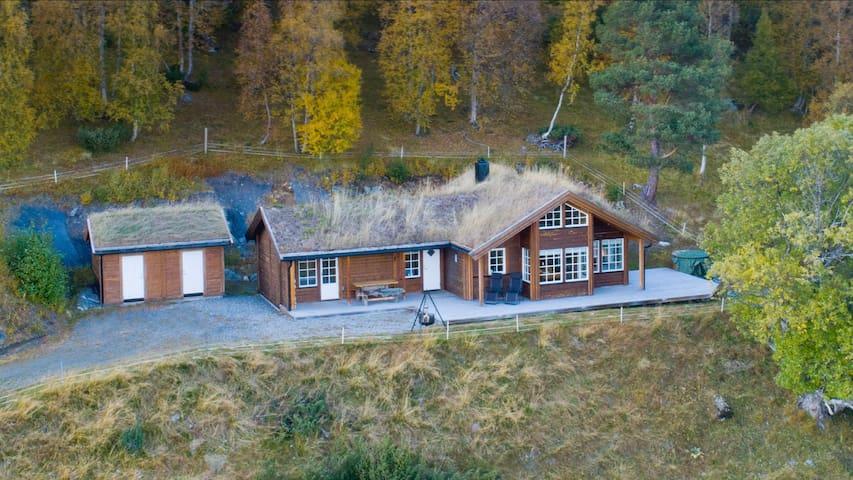Familiehytte øverst i hyttefelt med flott utsikt.