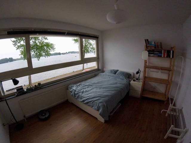 Spacious private room with IJ river view
