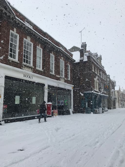Rochester High Street in the snow