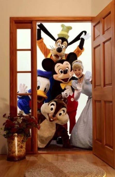 E eles estão esperando por vocês !! Só 5 minutos para estar no maravilhoso mundo Disney !!!!