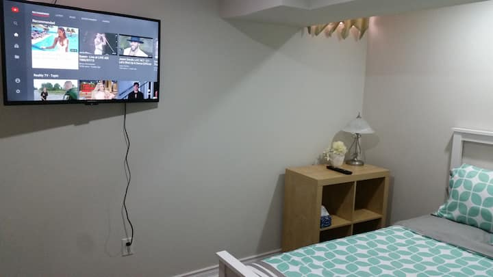 Cozy room, Double bed+TV near Airport/ Square One