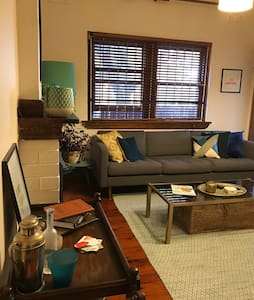 Spacious double room in lovely Art Deco apartment - Kingsford
