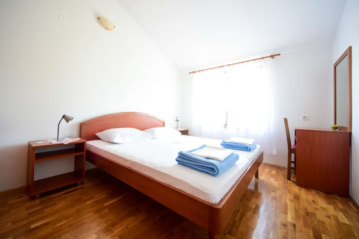Deluxe two-bedroom apartment with a Jacuzzi®. Large terrace with garden.