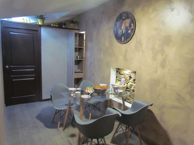 Espace déjeuner privée et accès salle de bain