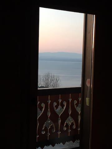 Chambre avec balcon vue lac