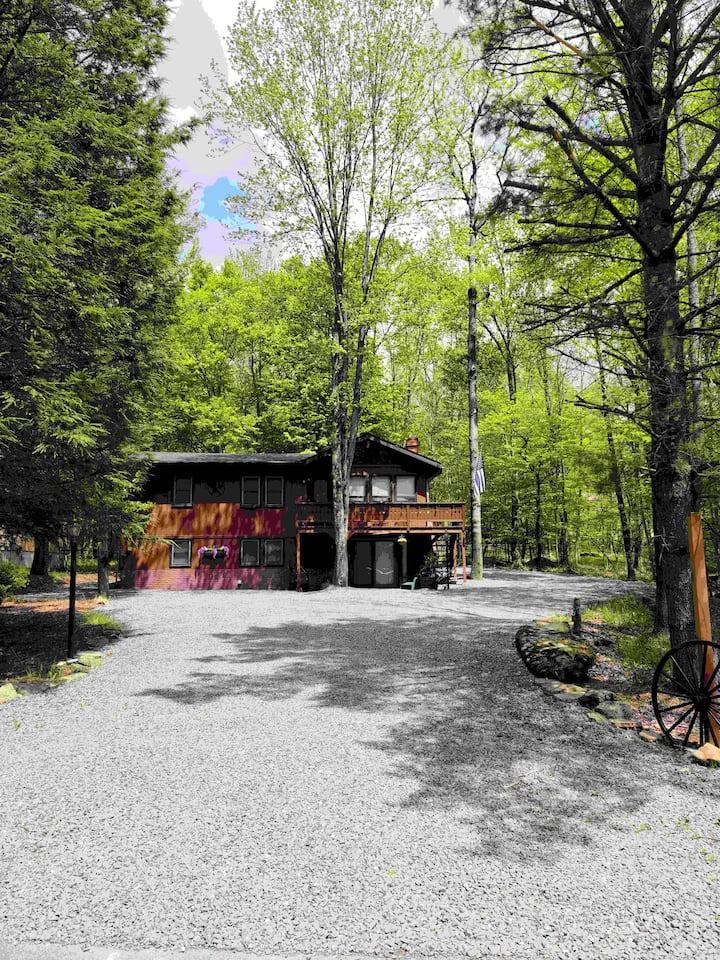Beautiful  Rustic Retreat in The Hideout
