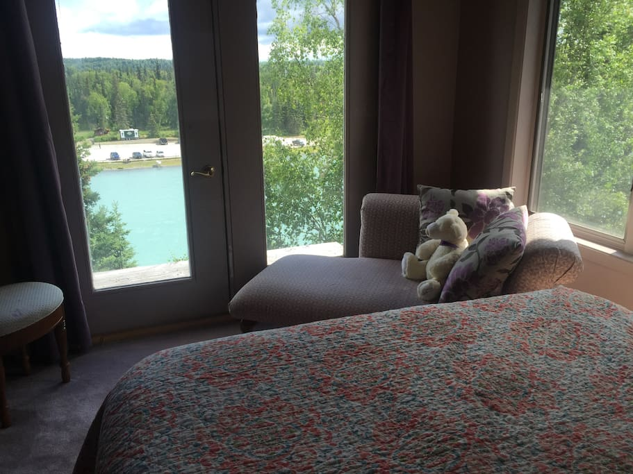 Stunner, commanding views of the Kenai River from your tree top get away.