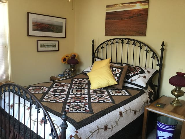 The Kansas room with queen bed and luggage stands.