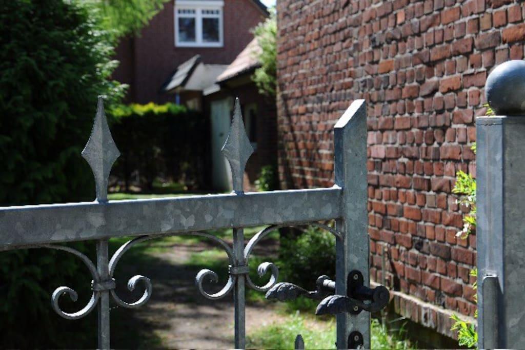 Eingang durchs Gartentor