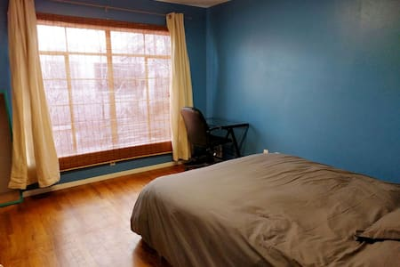 Queen bed in downtown neighborhood - Flagstaff
