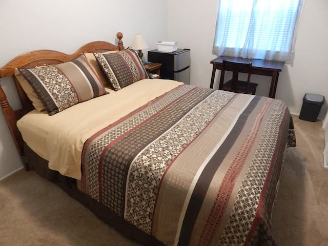 Clean Private Room 1 block to BEAUTIFUL SAIL BAY!