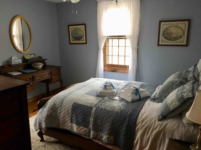 Cotuit (Cape Cod) Quiet Private Room and Loft
