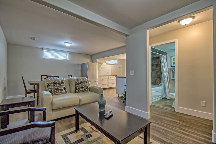 V. NICE 2BR SUITE MINS TO D/T, AIRPT, FROM CAD$55 - Calgary - Flat