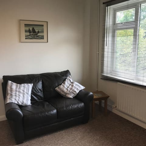 Horsham - Two Bedroom Flat near to Train Station