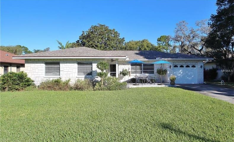 Bright Cottage next to Sunset Beach - Tarpon Springs