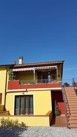 la tua casa tra collina e mare