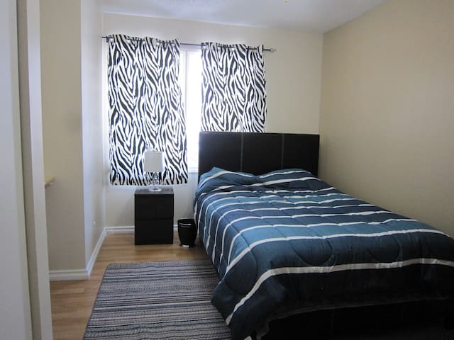 Double Bed With Built-In Desk - Okotoks - Hus
