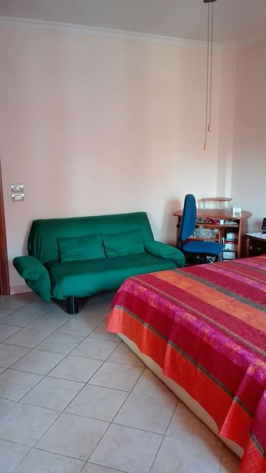 Big room with balcony and air conditioned l t for Divanetto balcone
