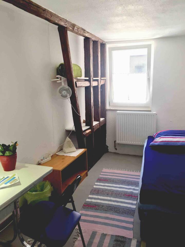 Sauberes Zimmer 8m² für 1 Pers. in Atelier Wohnung