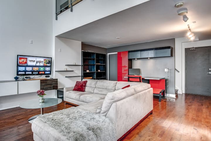 Luxury 1BR Loft | HotTub| Netflix| ❤️ of Toronto
