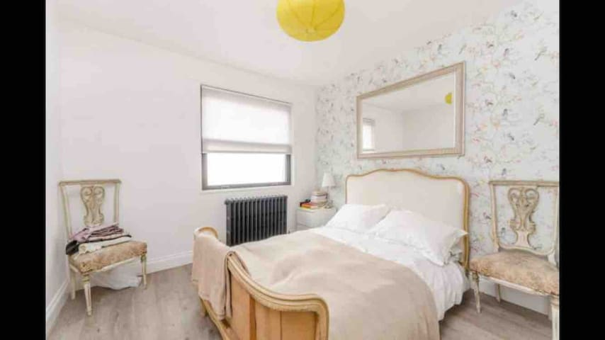 A nice quiet double bedroom in the centre of soho