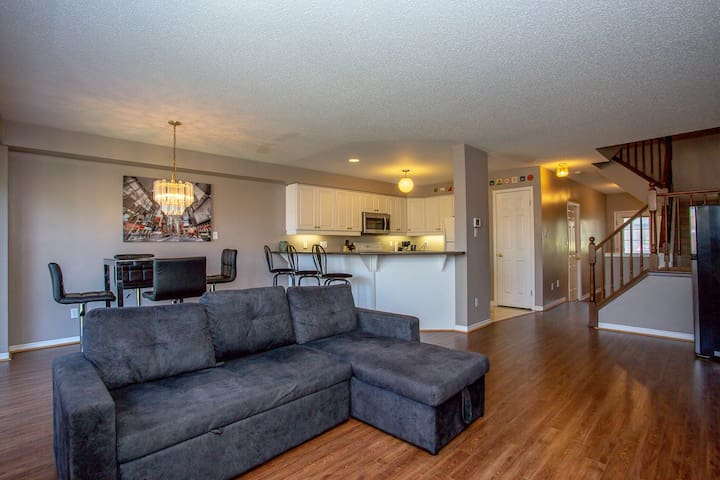 Luxury Home Near UWO & Downtown - 4 Bedrm and BBQ!