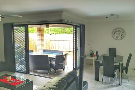 Private Room in Bray Park home - Bray Park - Dom
