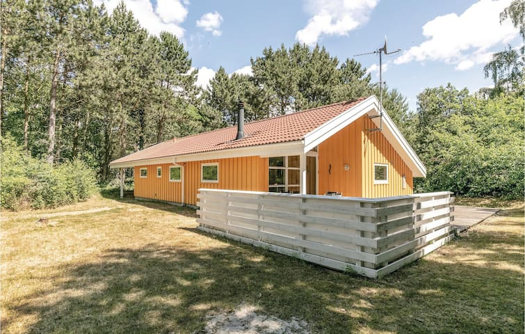Holiday cottage with 3 bedrooms on 90m² in Aakirkeby