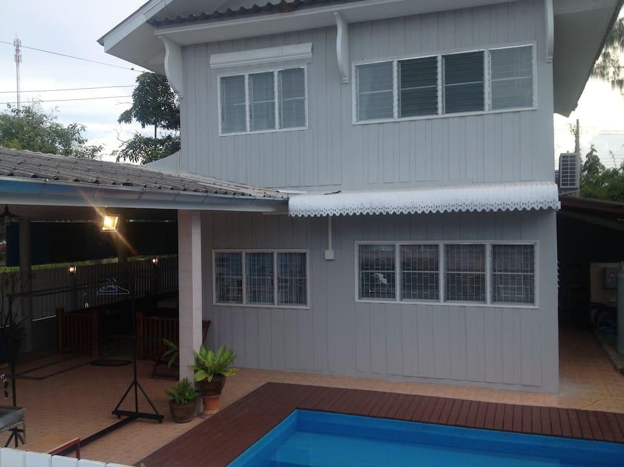 บ้านพาเพลินด้านหน้าติดสระว่ายน้ำ