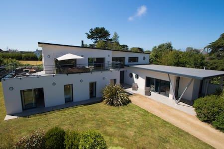 Villa Avec Piscine intérieure - Plougrescant